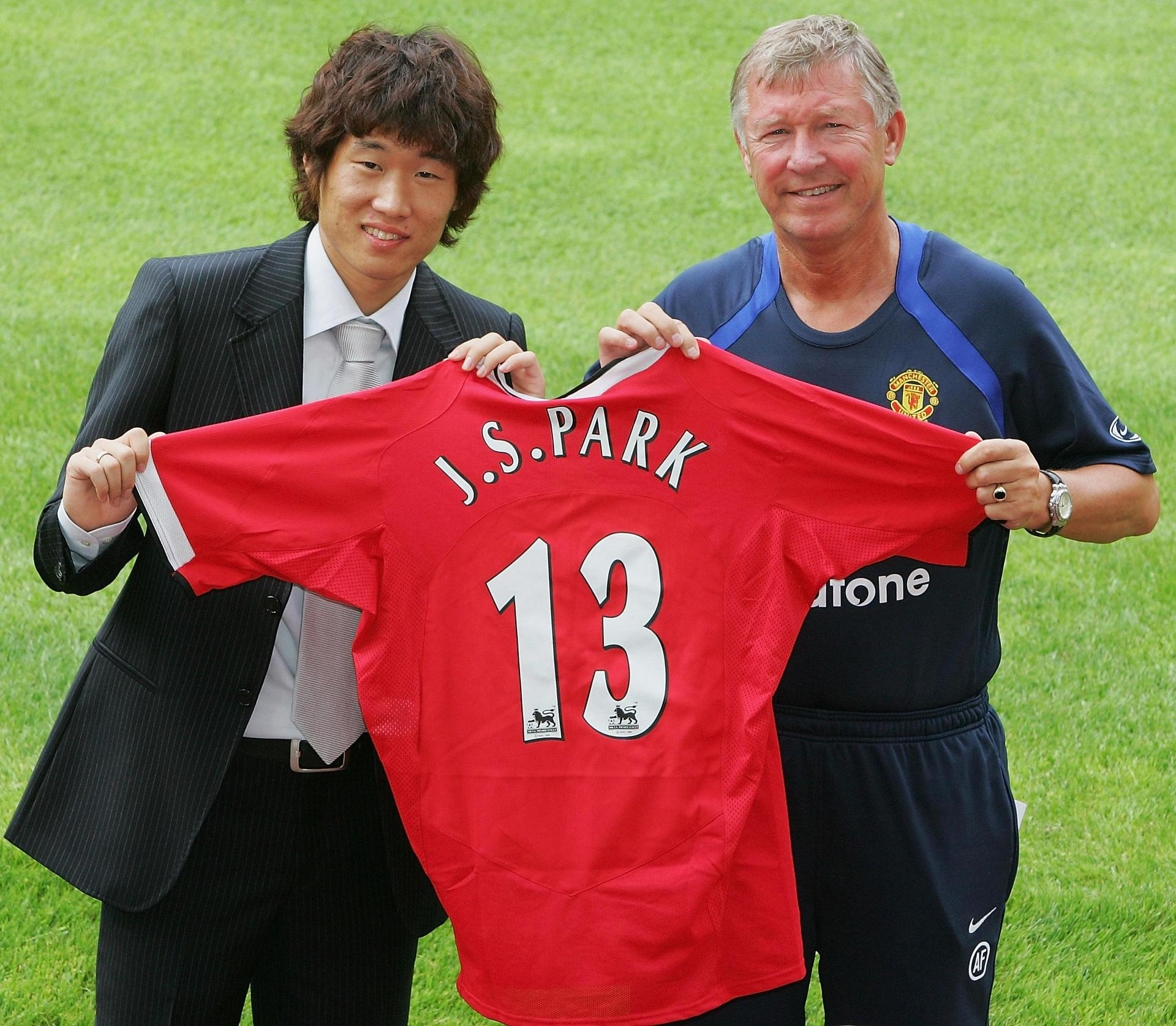 Ji-sung Park poses with Sir Alex Ferguson after signing for Manchester United in July 2005
