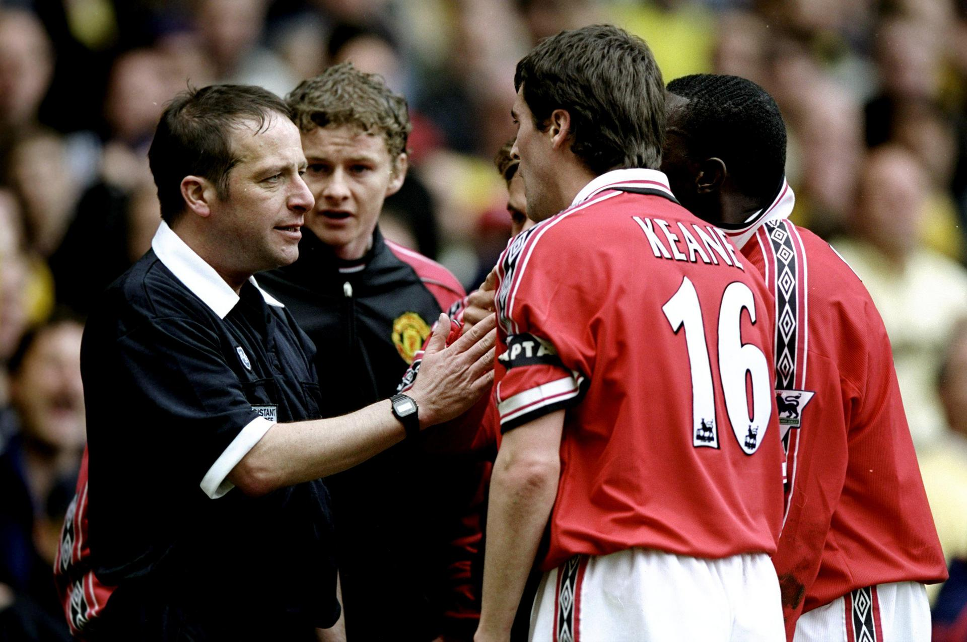 Roy Keane argues with the linesman.