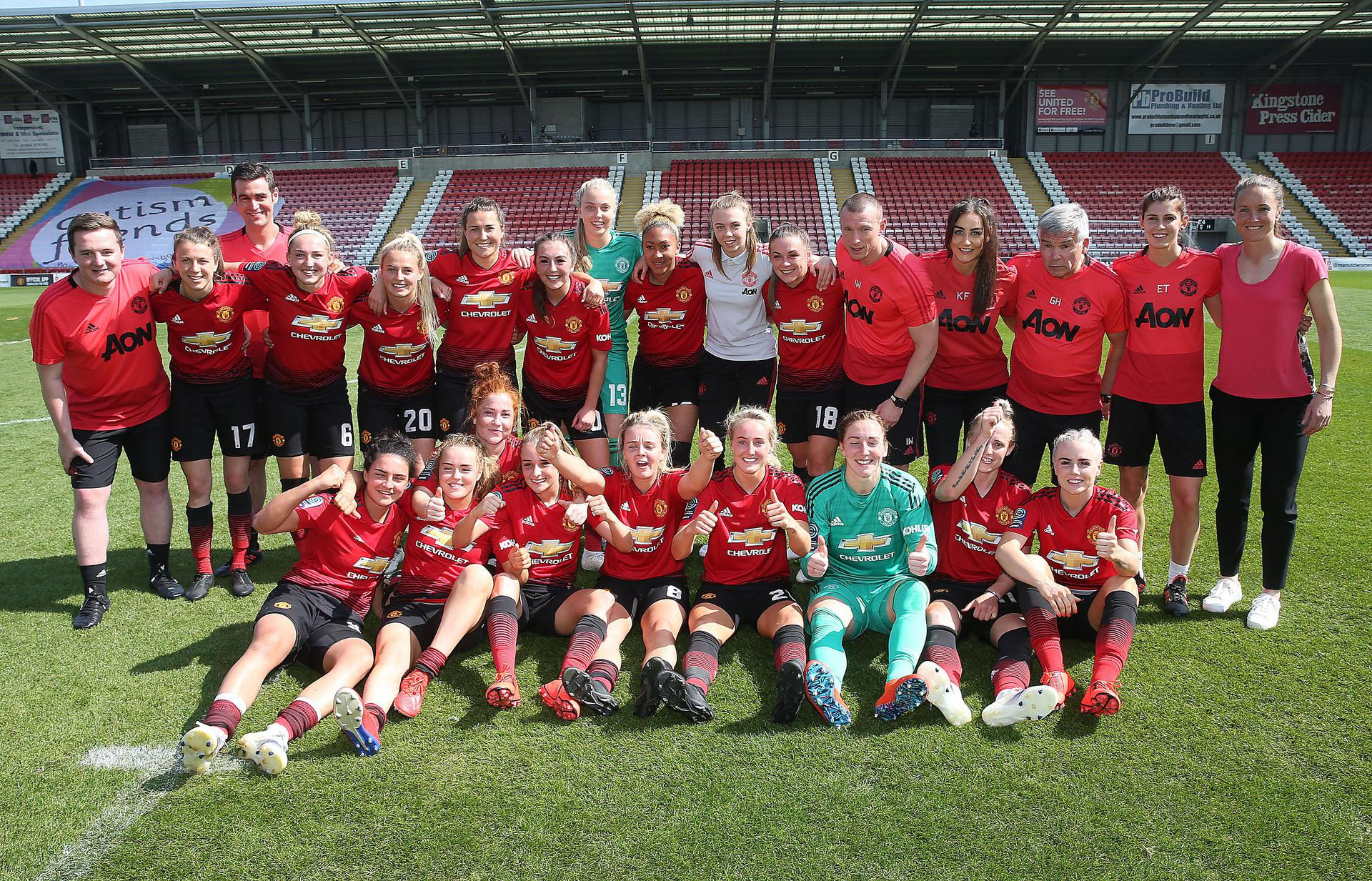 The United Women squad posing for a photo.