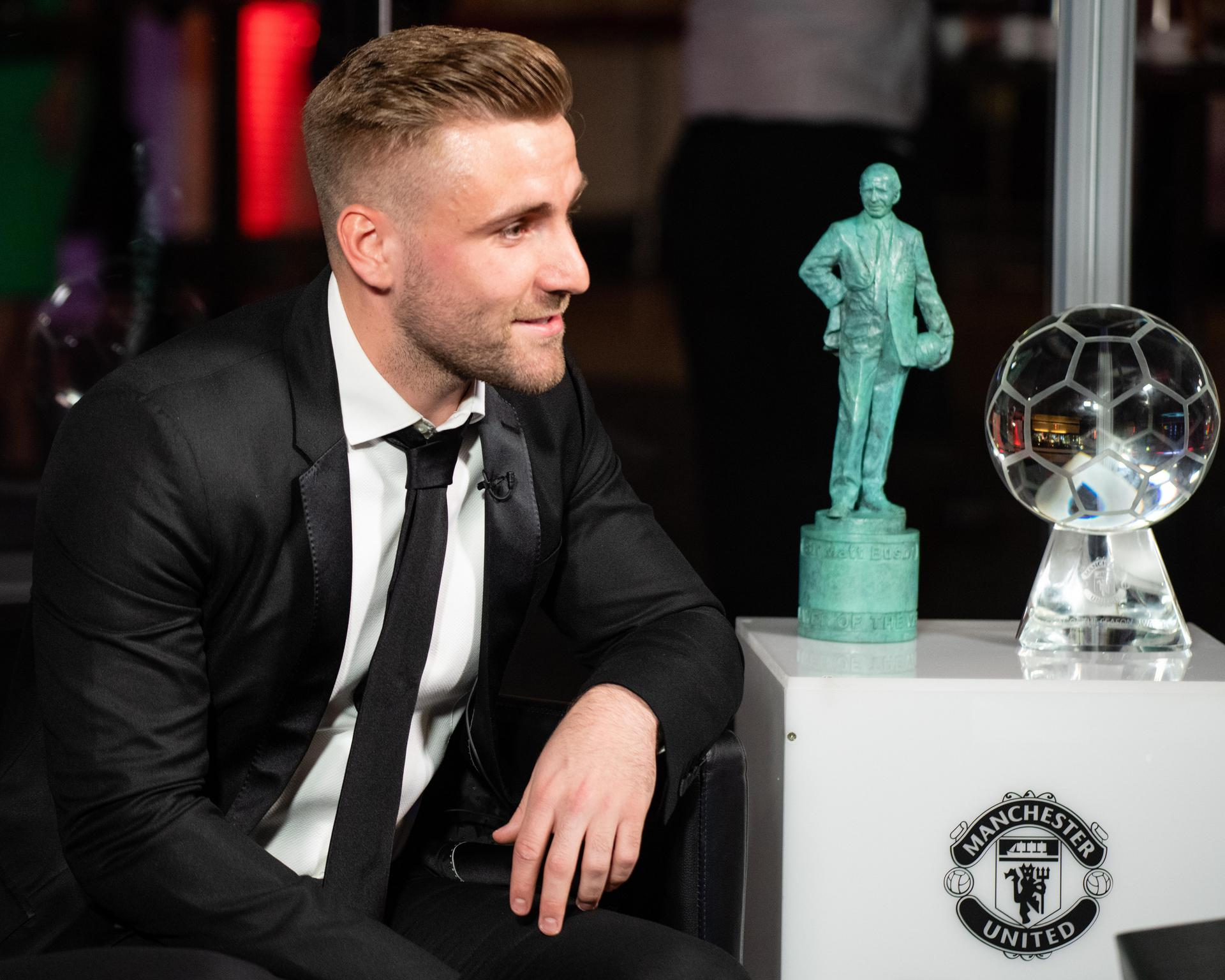 Luke Shaw being interviewed next to his 2019 awards.。。