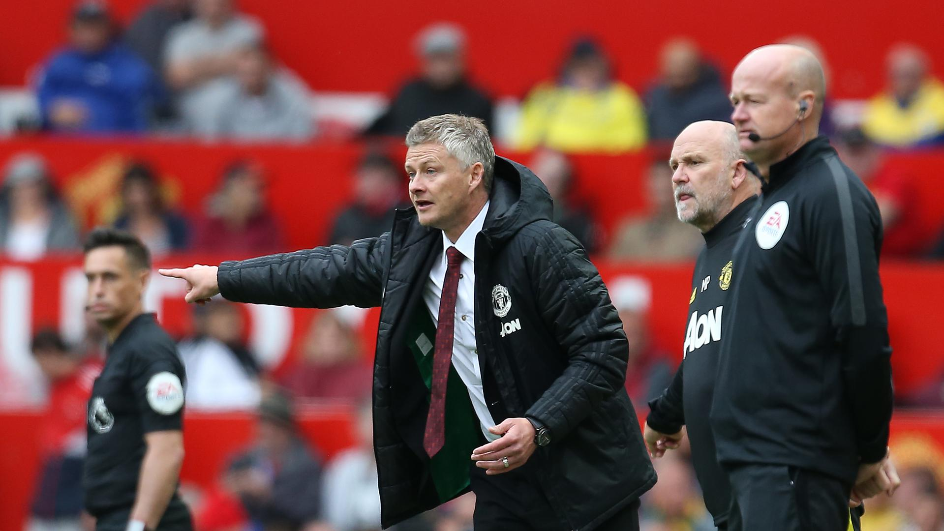 Ole Gunnar Solskjaer 。。shouts instructions to his team at Old Trafford during the Chelsea match