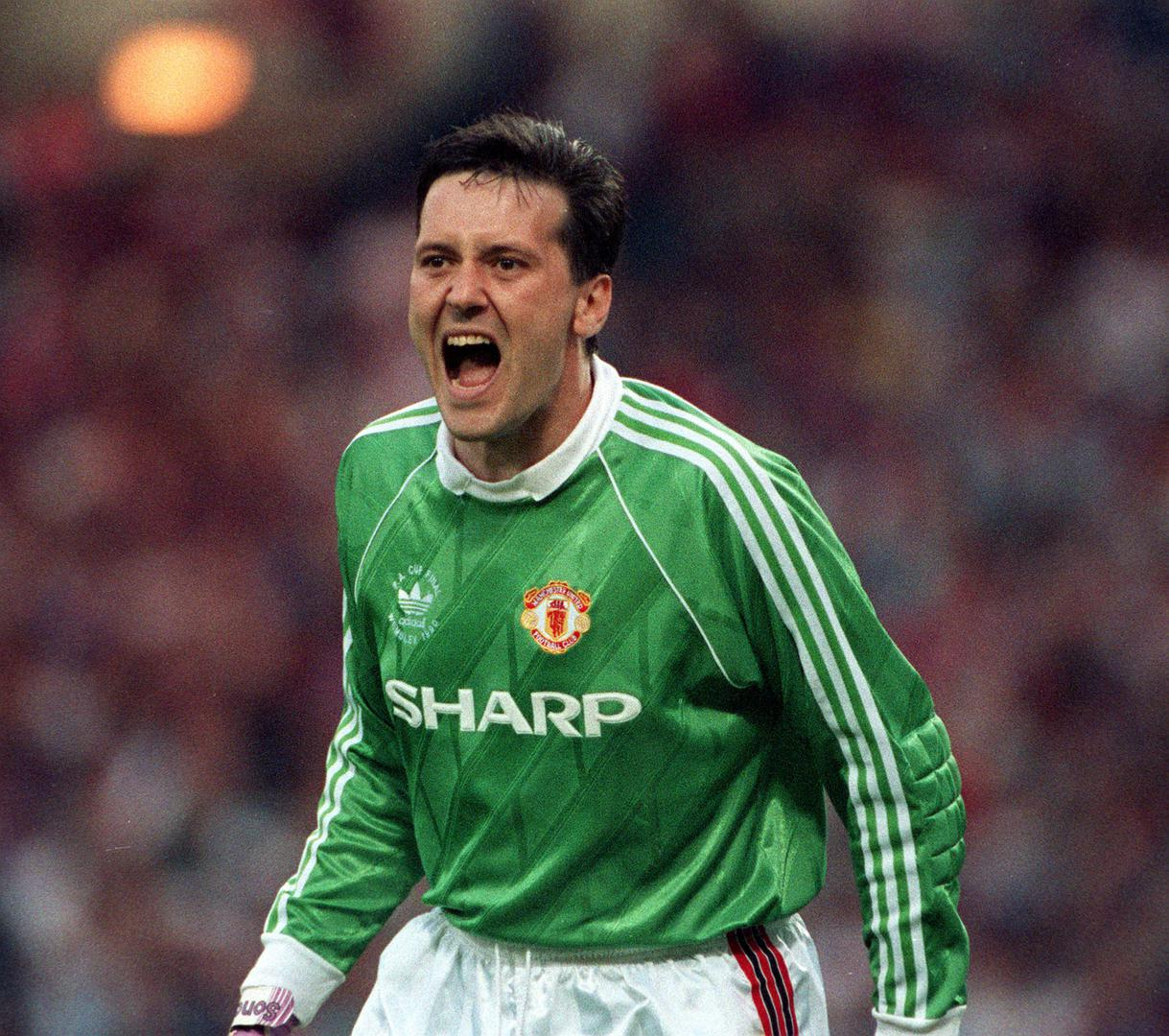 Les Sealey barks out orders to his defenders.
