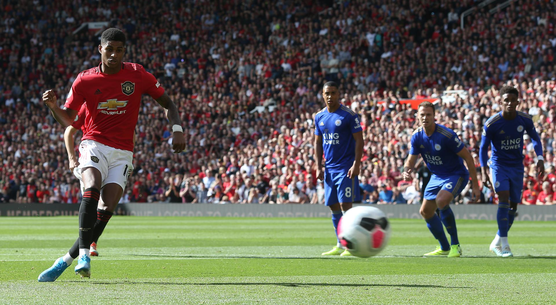 Marcus Rashford scores a penalty。。 for Manchester United against Leicester City.