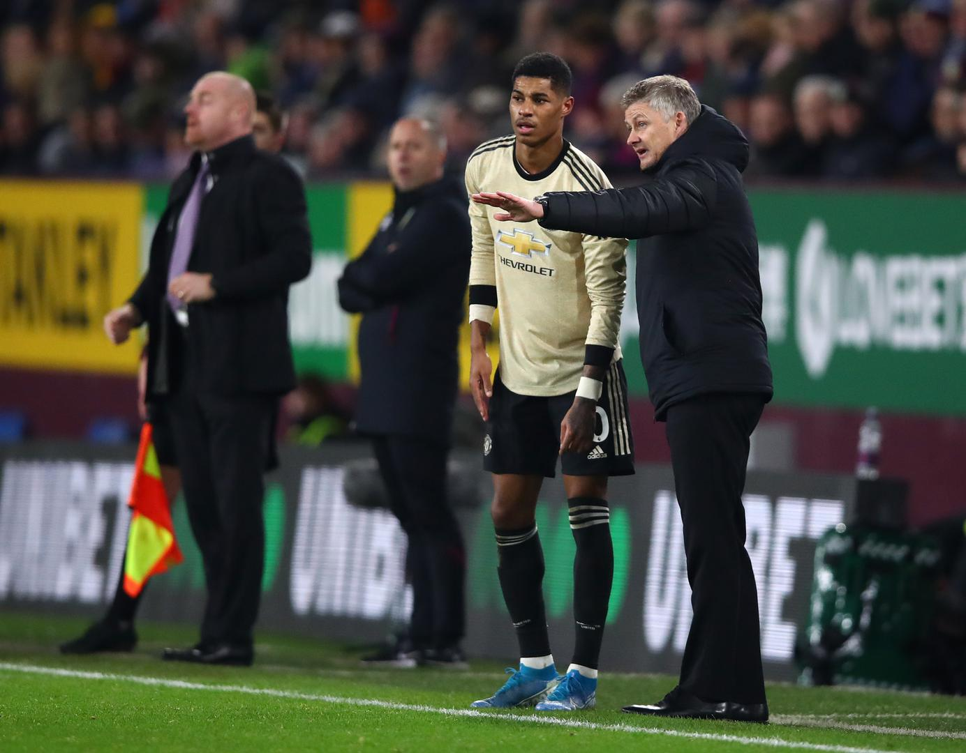 Ole Gunnar Solskjaer gives instructions to Marcus Rashford