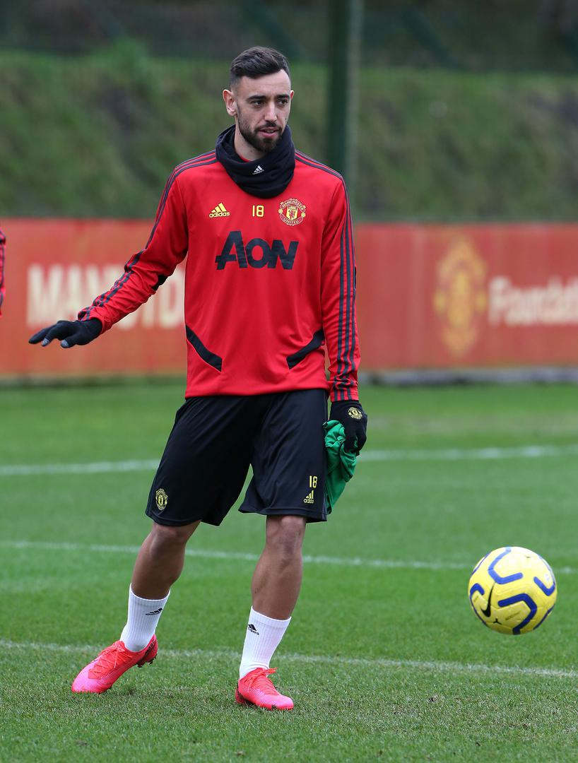 Bruno Fernandes passes the ball in training.,