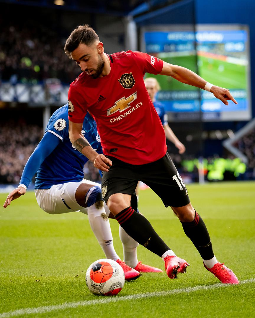 Bruno Fernandes on the ball against Everton at Goodison Park