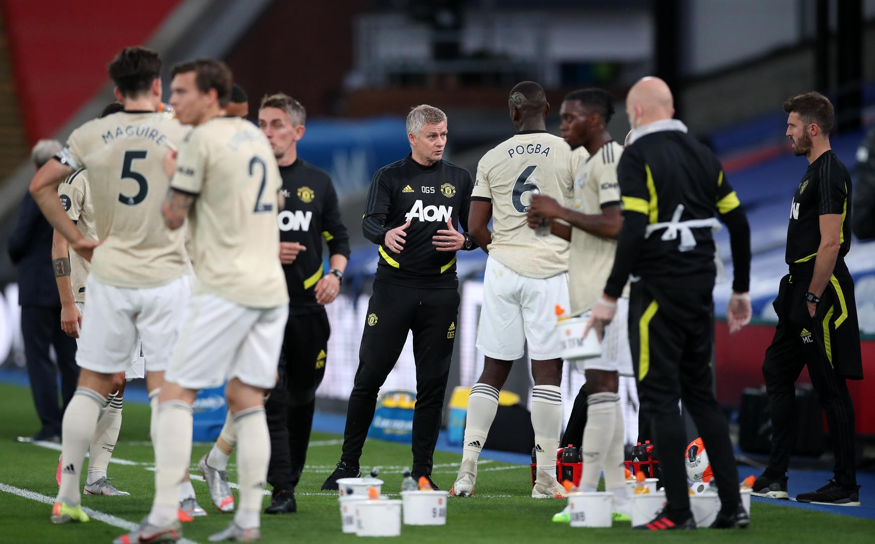 Ole Gunnar Solskjaer talks to his Manchester United players during a drinks break.