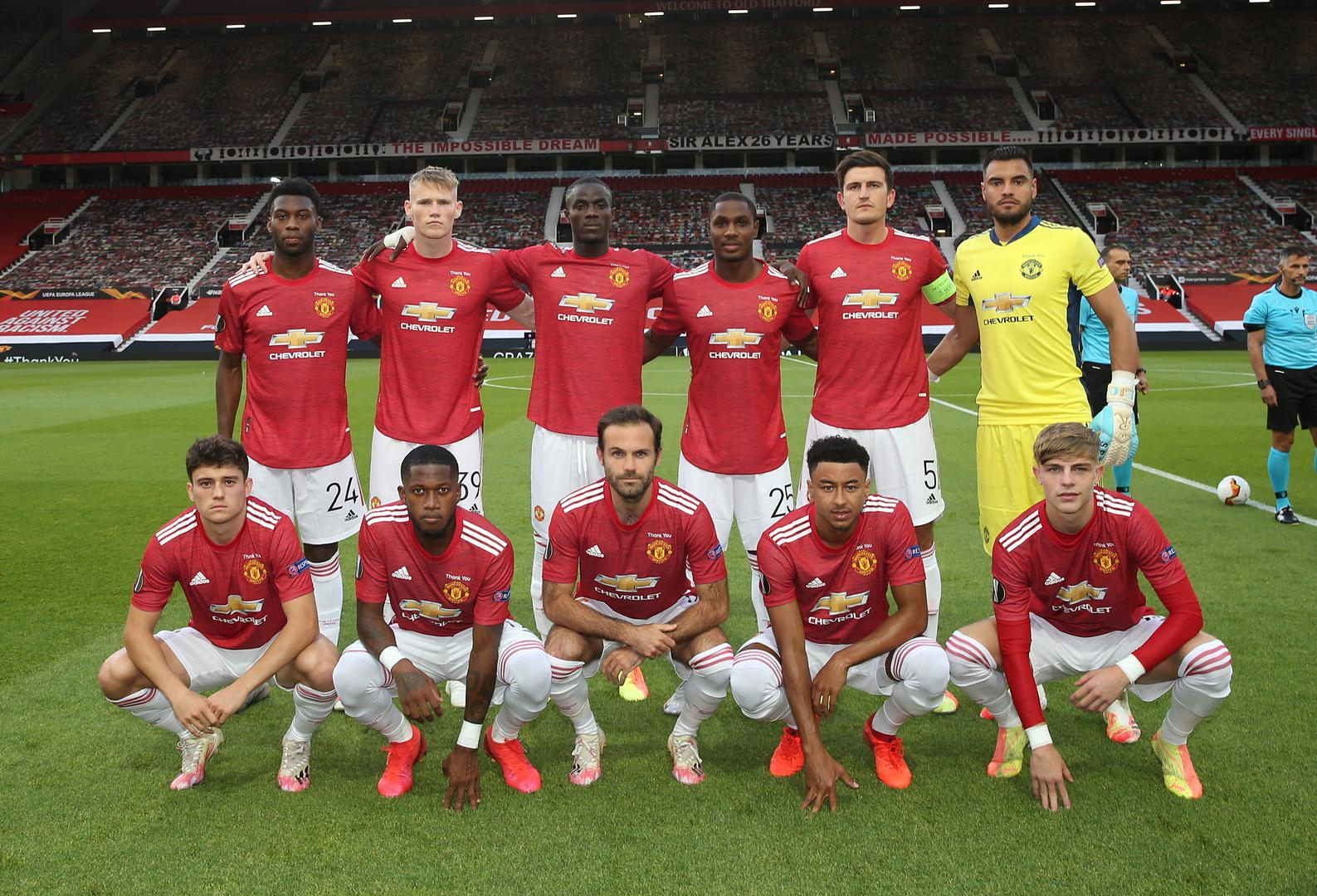 United pose for a squad pic..