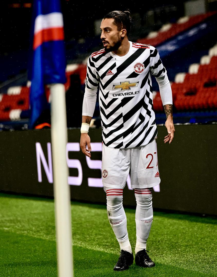 Alex Telles prepares to take a corner against Paris Saint-Germain