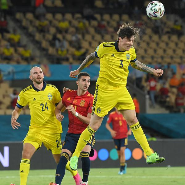 Lindelof the star as Sweden subdue Spain
